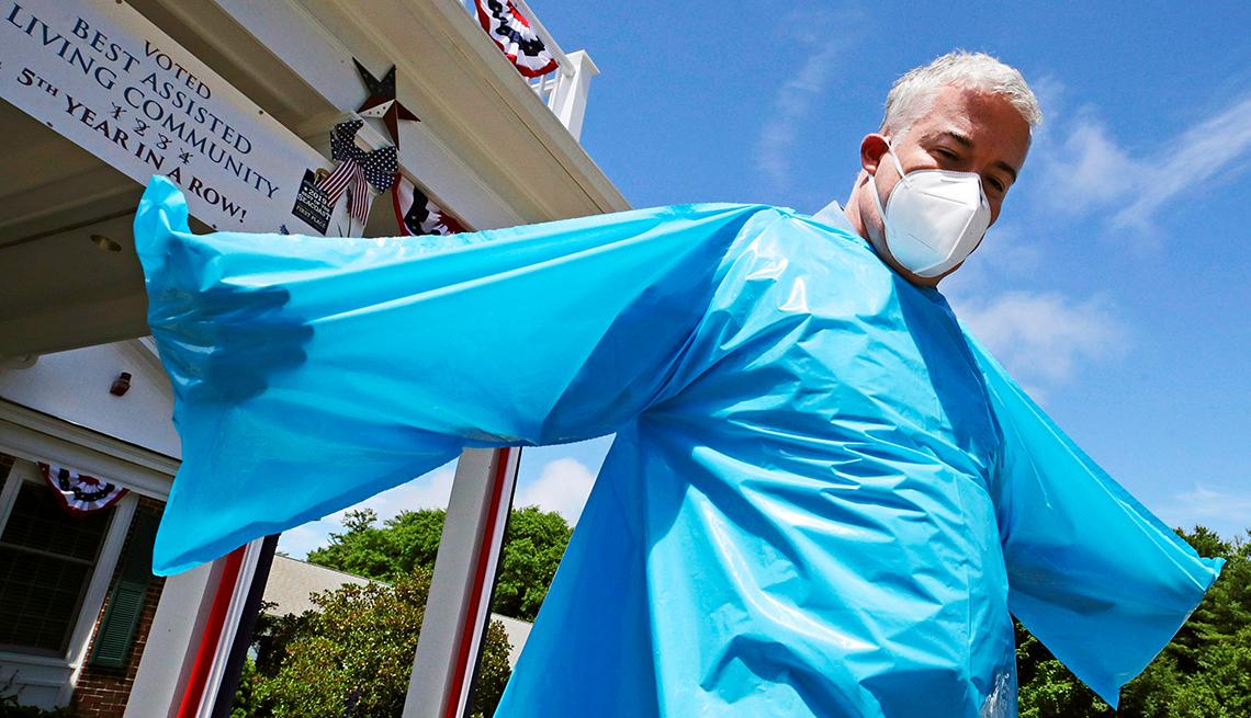 Brendan Williams, presidente de la Asociación de Atención Médica de New Hampshire, usa una bata de aislamiento sin aberturas en las mangas para las manos, que fue recibida en un envío del gobierno federal.