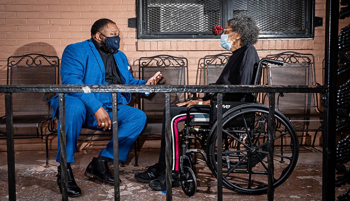 Reverendo Doc. Derrick DeWitt en el porche de Maryland Baptist Aged Home con su tía, Gerri Alston.