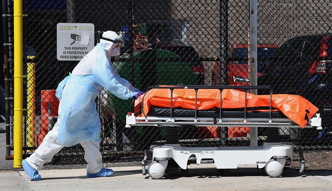 Personal médico retira el cuerpo de una persona que murió por coronavirus de un hogar de ancianos
