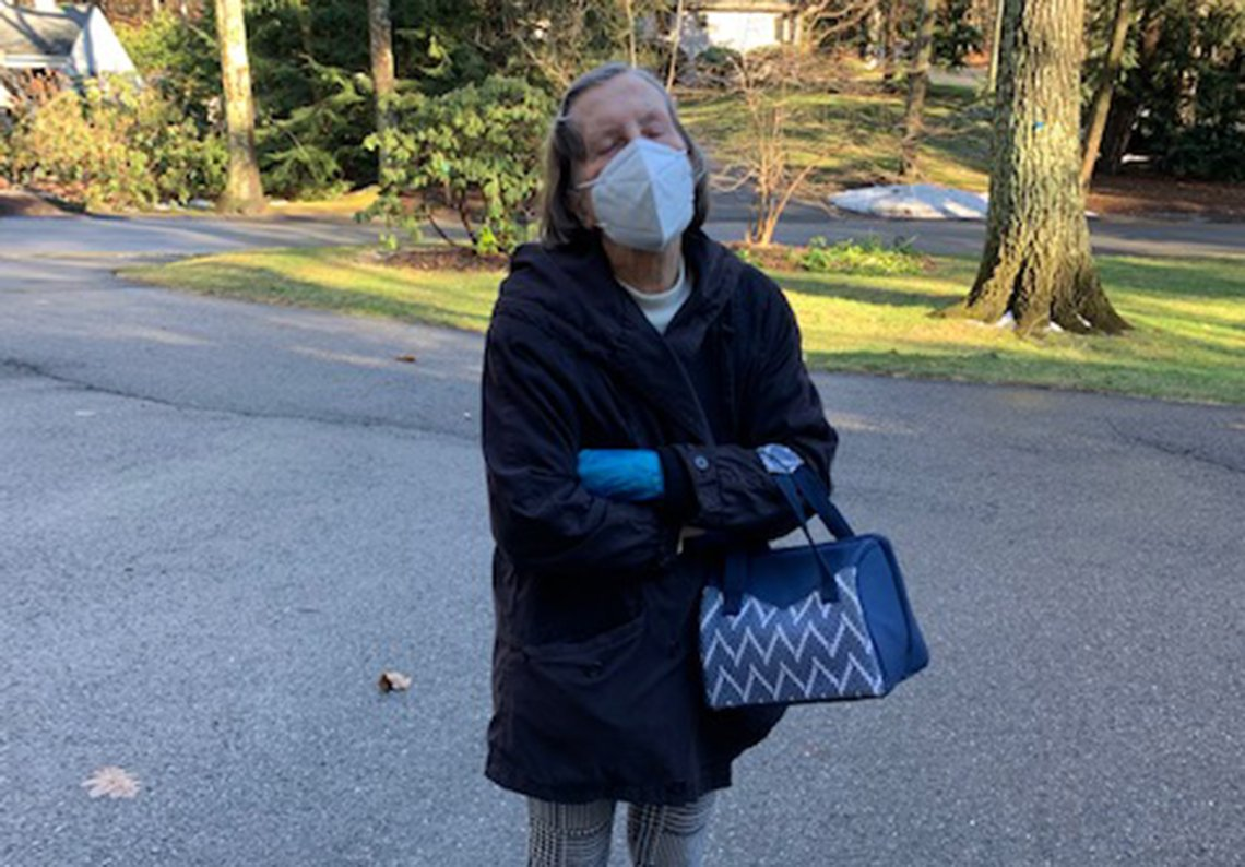 La madre de Lee Woodruff, Terry McConaughy, de 87 años, de pie afuera con una mascarilla tras vacunarse contra la COVID-19.