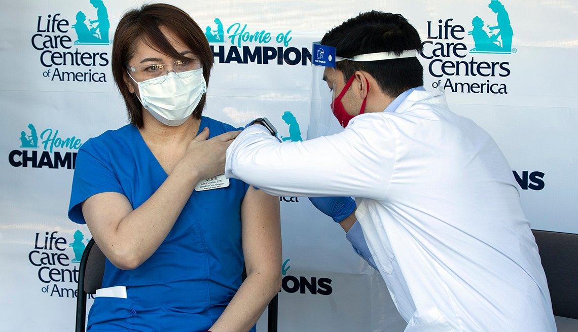 Una enfermera recibiendo la vacuna contra la COVID-19