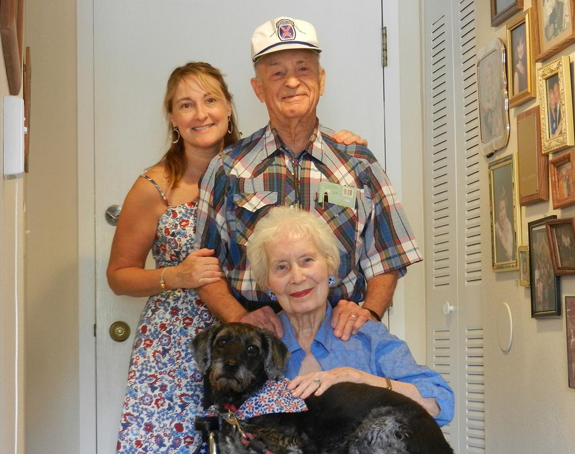 Amy Goyer junto a su madre, padre y su perro de servicio.