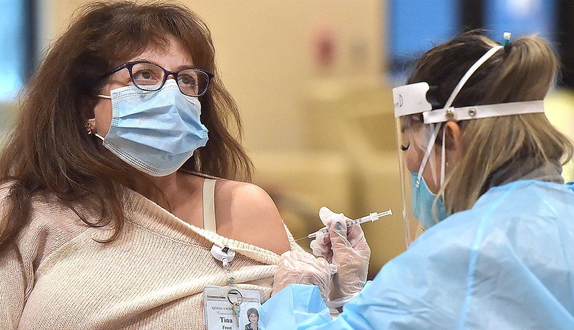 Tina Frost, enfermera registrada en Kendal-Crosslands Communities en Kennett Squar, recibe la vacuna Pfizer BioNTech-COVID-19 el viernes 8 de enero de 2021 por la mañana.