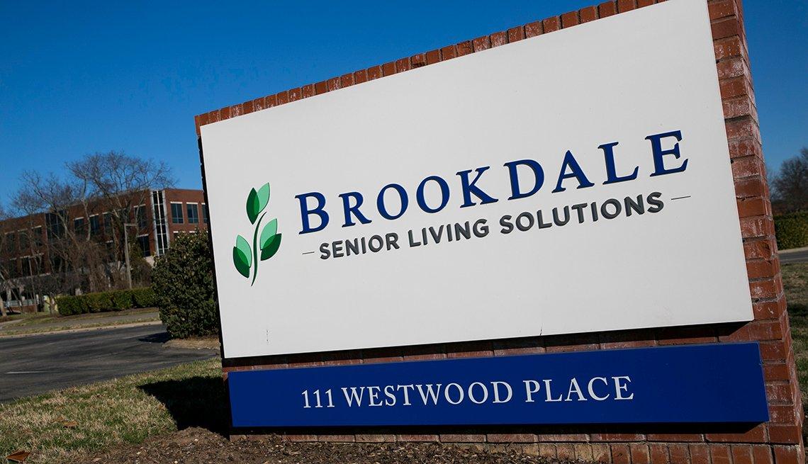 Un letrero con el logotipo fuera de la sede de Brookdale Senior Living en Brentwood, Tennessee, el 4 de febrero de 2017.