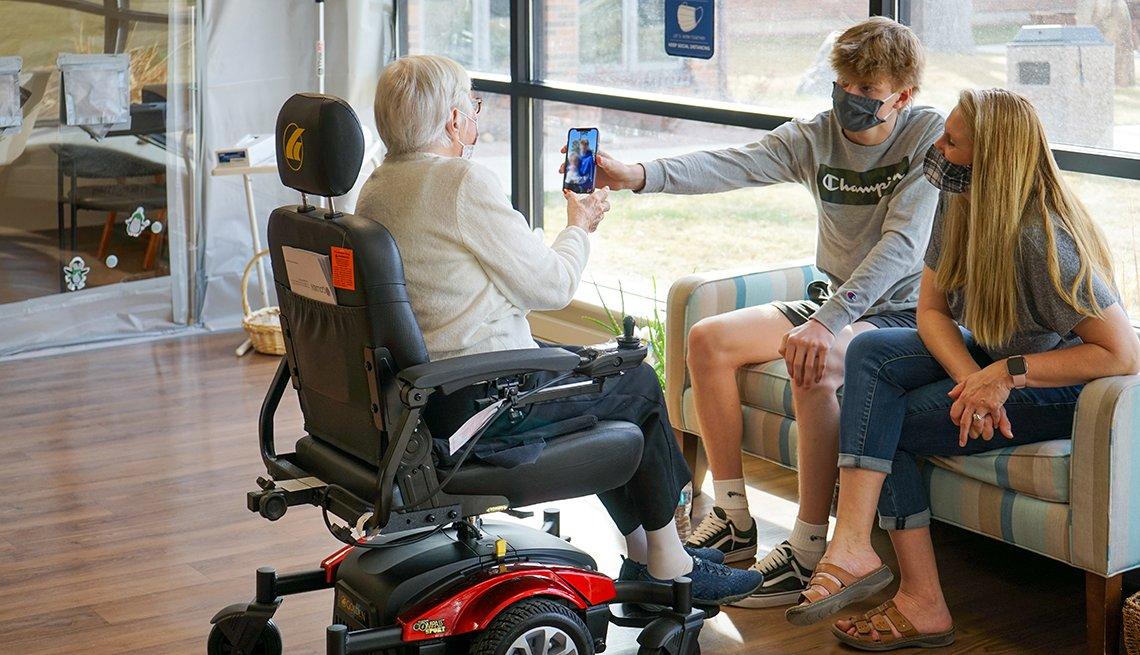 Connor Comer le muestra a su bisabuela, Frieda Waterson, una foto de él y su novia.