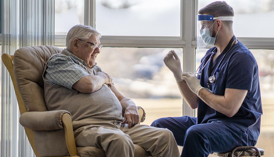 Un residente de un hogar de ancianos recibe una vacuna contra COVID-19.