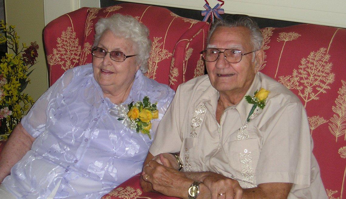 Ramona y BJ Frasher celebraron su 60 aniversario en 2007, mientras vivían en un apartamento independiente en Connecticut.