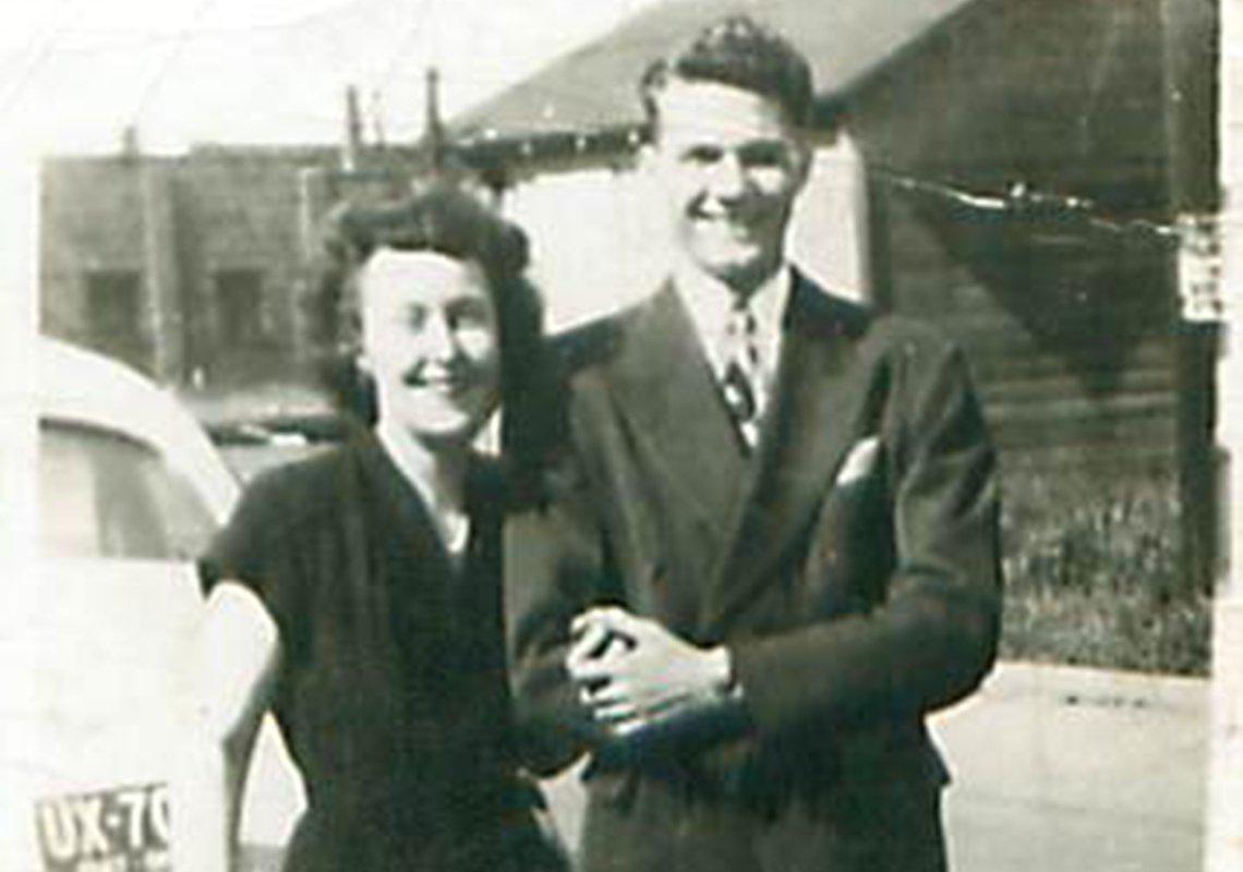 La pareja se casó pocos meses después de conocerse. Aquí están en Ohio, a fines de la primavera de 1947, poco antes de su boda.