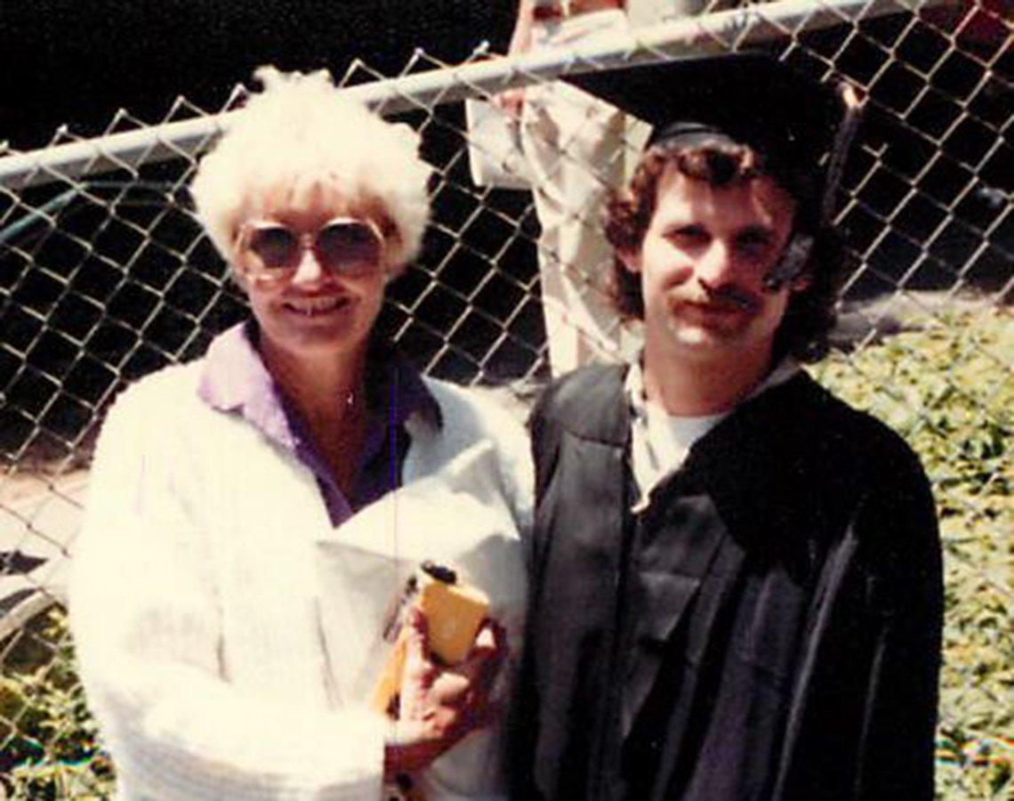 Gloria Single y su hijo Aubrey Jones en su graduación de la universidad.