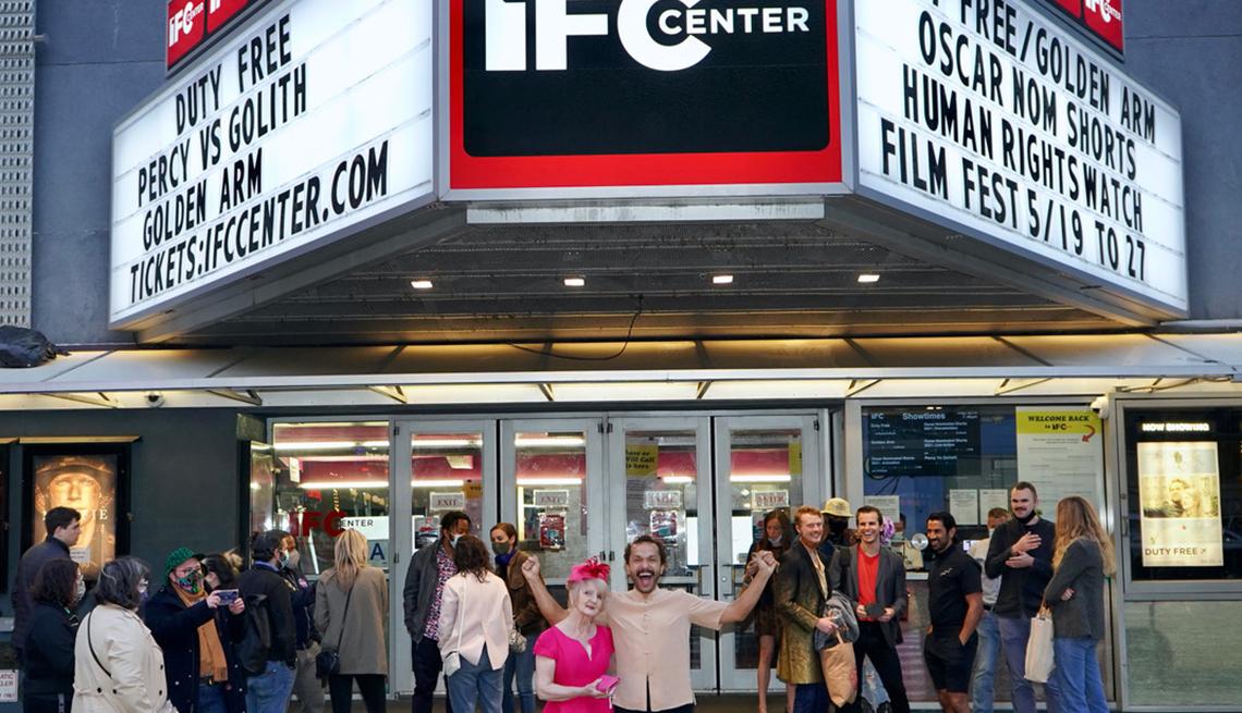 """Sian-Pierre Regis y Rebecca Danigelis frente a una marquesina de teatro promocionando """"Duty Free""""."""