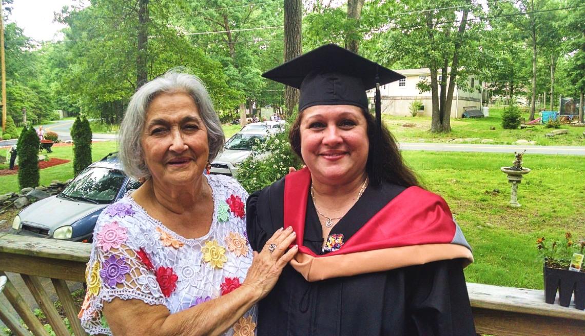 Amelia Cerbelli junto a su madre Amelia Linares, en el dia de su graduación.