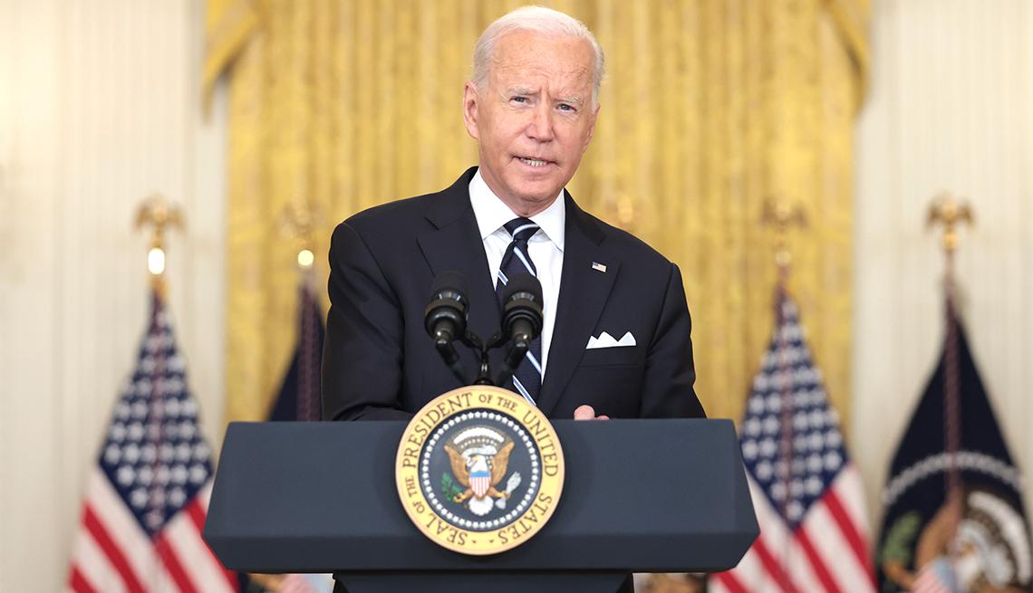 El presidente Joe Biden se pronuncia sobre la respuesta al COVID-19 y el programa de vacunación el 18 de agosto de 2021 en Washington, DC.