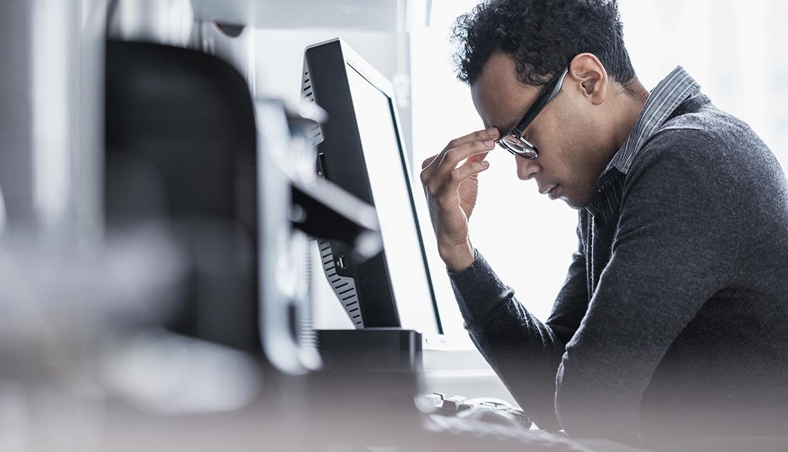 Hombre estresado frustrado en la computadora