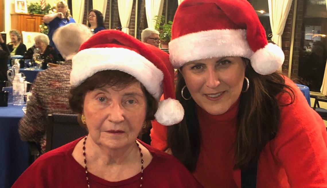 Maureen Clark Newlove con su madre, Maureen Clark, de 86 años, en una fiesta en el hogar de ancianos.