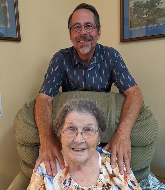 Robert Holder con su mamá Dorothy Holder en el centro de cuidados donde ella reside.