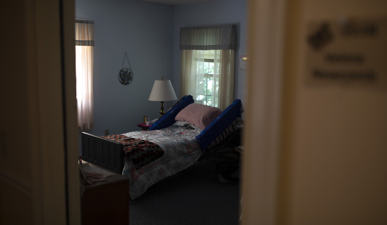 Una cama vacía en un hogar de ancianos.