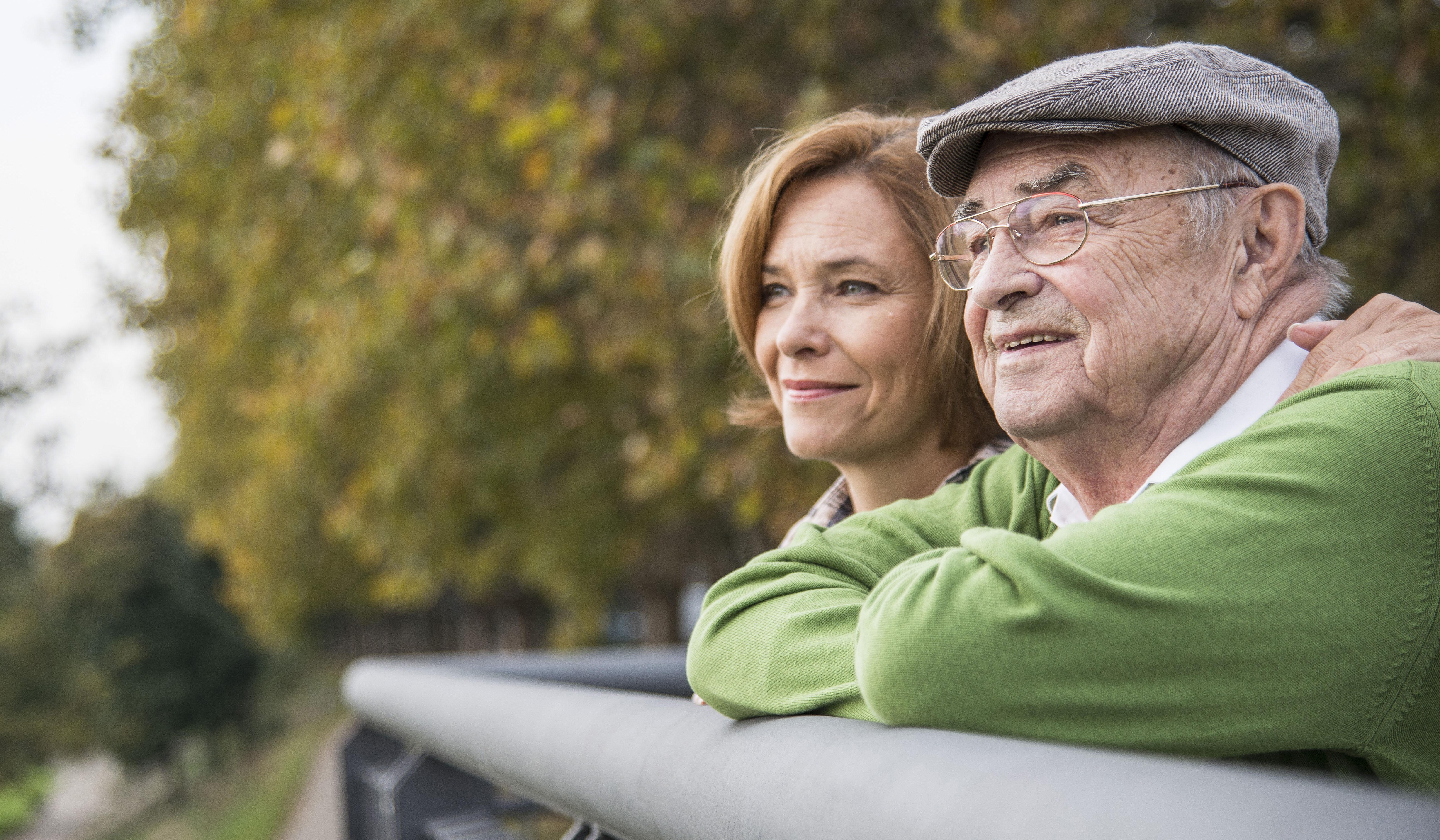 Anciano mirando el paisaje con su hija.
