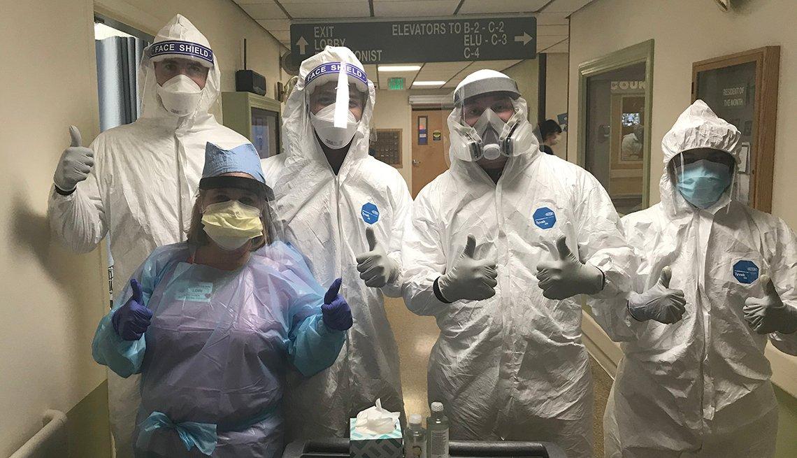 Un miembro del personal (en azul) con el equipo de la Guardia Nacional (en blanco) que estaban en las instalaciones de Hillsborough para ayudar con las pruebas de la COVID-19 desde el principio.