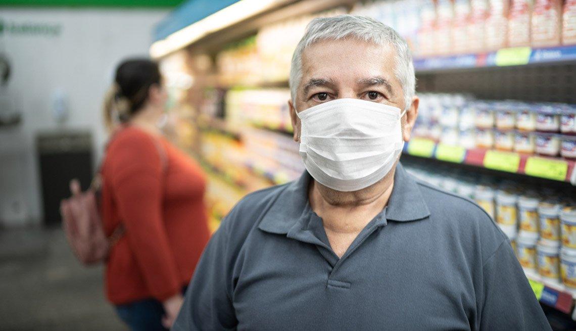 Hombre con mascarilla en el supermercado