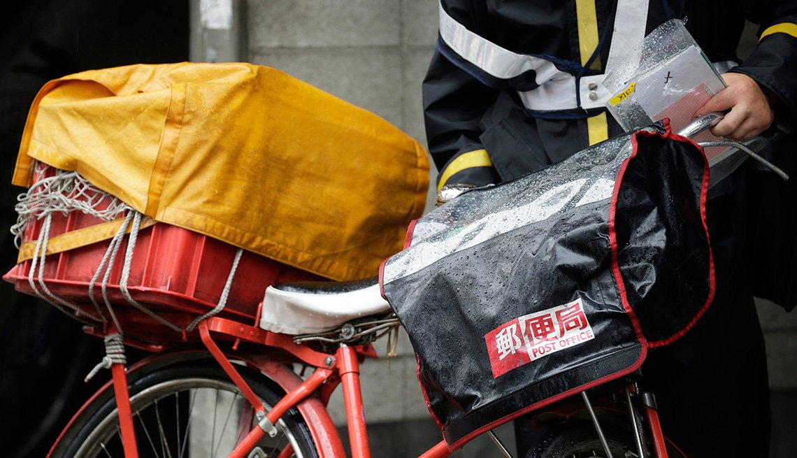 Mensajero japonés y su bicicleta