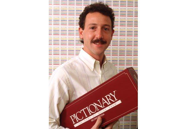 Robert Angel el inventor de Pictionary, posa con su juego - Juega tus juegos favoritos de mesa en tu computador