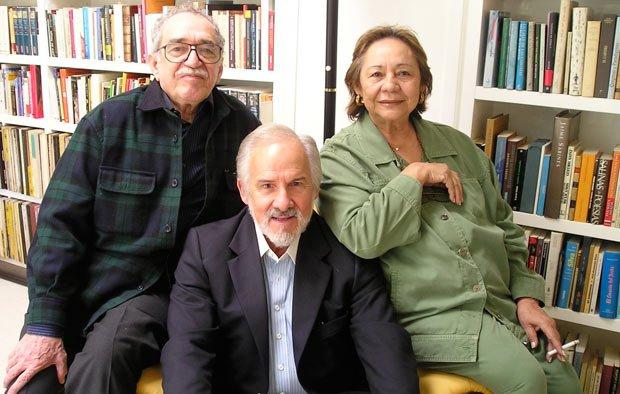 Carlos Verdecia (al medio) junto a Gabriel García Márquez (izquierda) y su esposa, Mercedes (derecha)