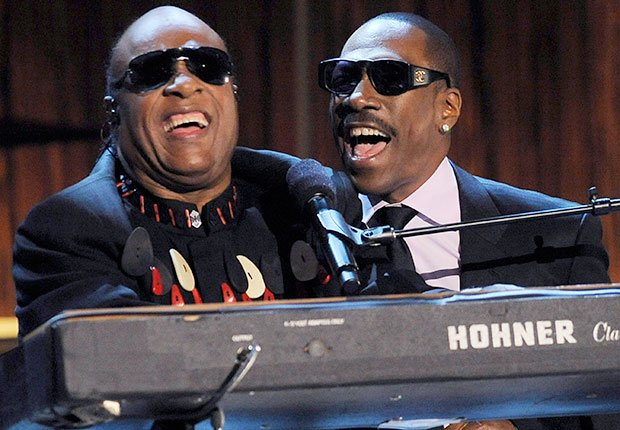 Stevie Wonder, izquierda, se une a Eddie Murphy para cantar, Hombres famosos quieren tener bandas de música
