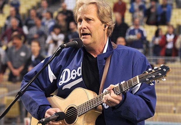 Jeff Daniels canta el himno nacional en un juego de los The Los Angeles Dodgers, Hombres famosos quieren tener bandas de música