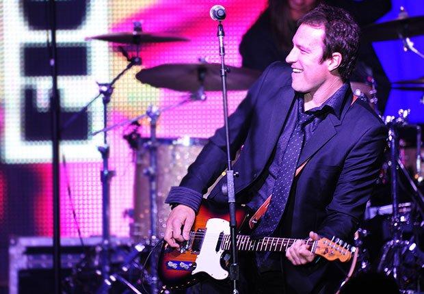 Actor John Corbett con su banda de rock, Hombres famosos quieren tener bandas de música