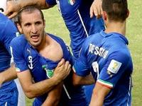 Italiano Giorgio Chiellini muestra su hombro mostrando marcas de dientes aparentes después de chocar con la boca del uruguayo Luis Suárez - Curiosidades del Mundial de fútbol de Brasil 2014