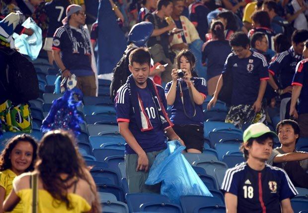 Hinchas japoneses limpiando las gradas - Curiosidades del Mundial de fútbol de Brasil 2014
