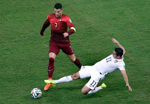 Alejandro Bedoya de la selección de USA con Cristiano Ronaldo - Curiosidades del Mundial de fútbol de Brasil 2014