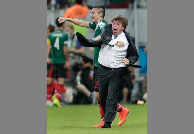 Miguel Herrera entrenador de la selección de México celebrando un gol - Curiosidades del Mundial de fútbol de Brasil 2014
