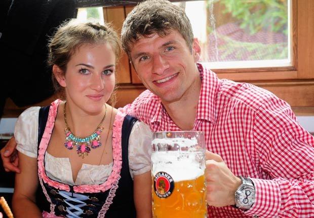 Thomas Mueller y su esposa Lisa Mueller