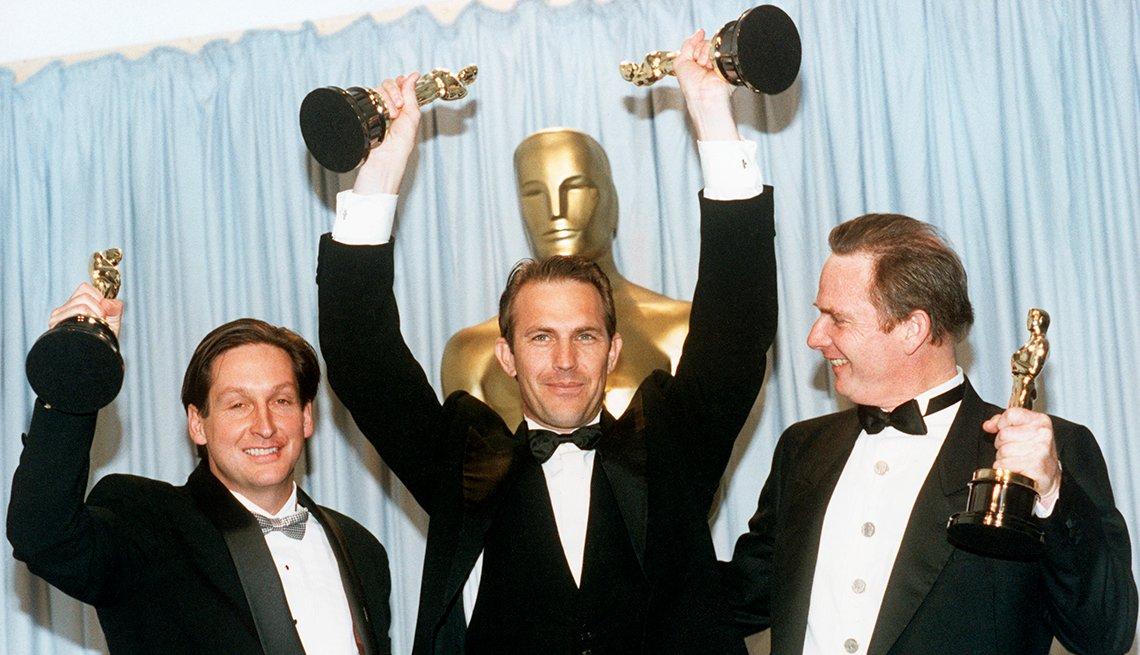 Jim Wilson, Kevin Costner, Michael Blake celebrando los Óscar