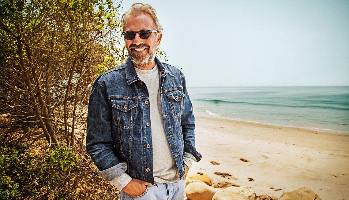 Kevin Costner con lentes oscuros en una playa cerca a Santa Bárbara, California