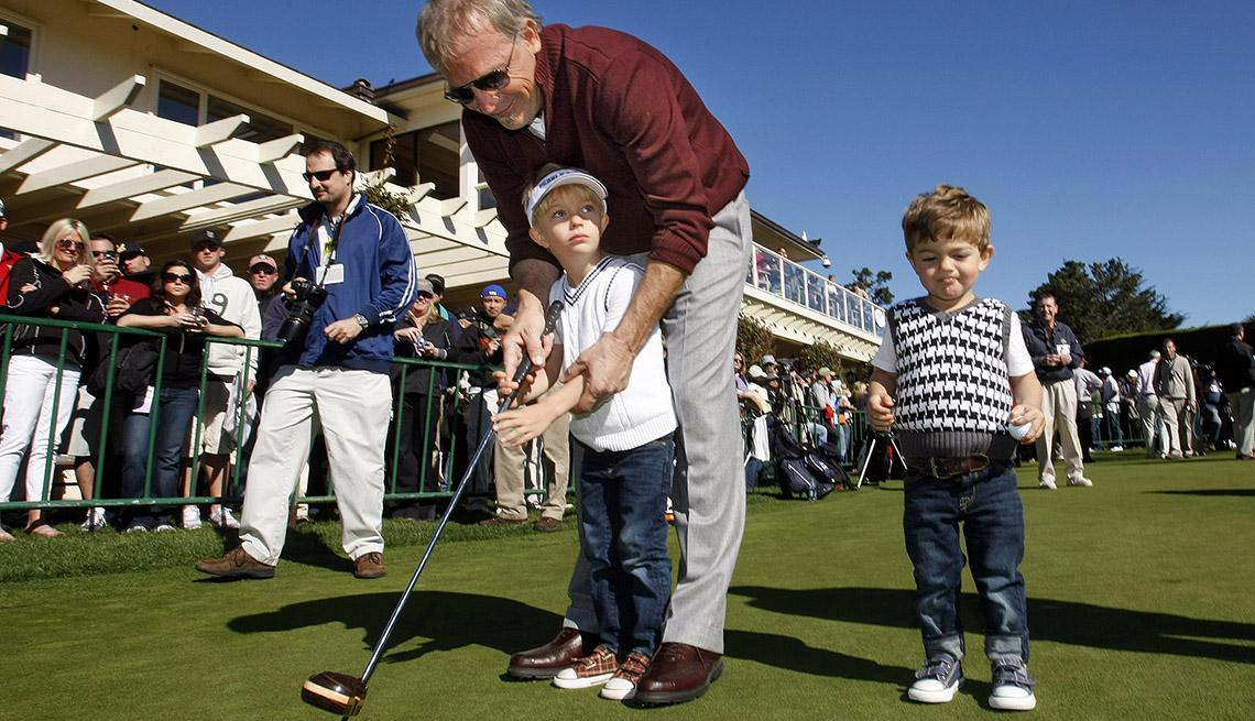Kevin Costner jugando golf con sus hijos Cayden y Hayes