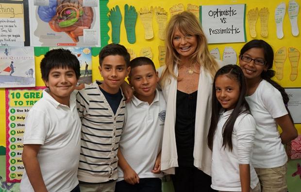 Goldie Hawn con los niños en su fundación, The Hawn Foundation