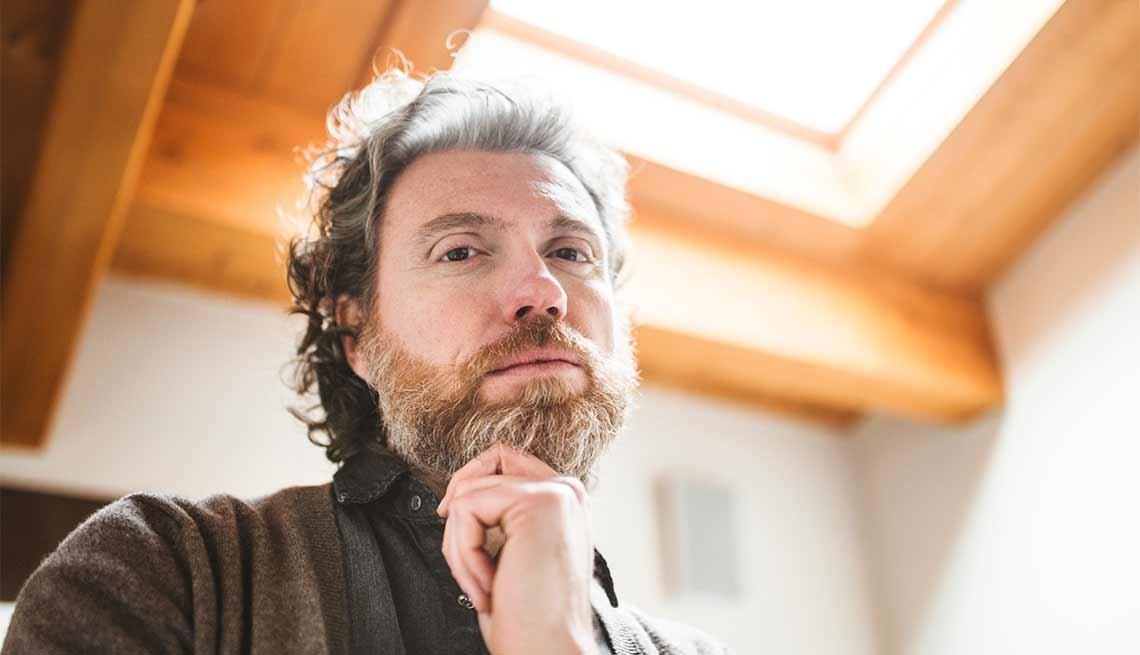 Hombre maduro y pensativo, con barba larga - Cuidado del cabello para hombres de 50 años o más