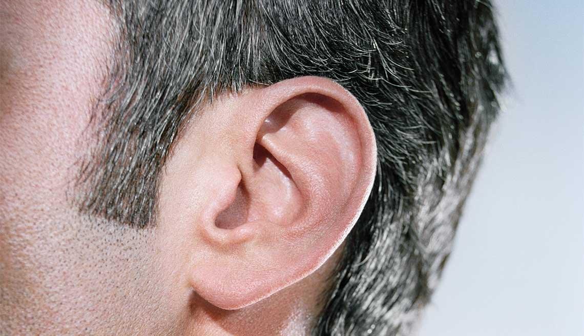 Cabeza de un hombre para ver las patillas en su corte de cabello - Cuidado del cabello para hombres de 50 años o más