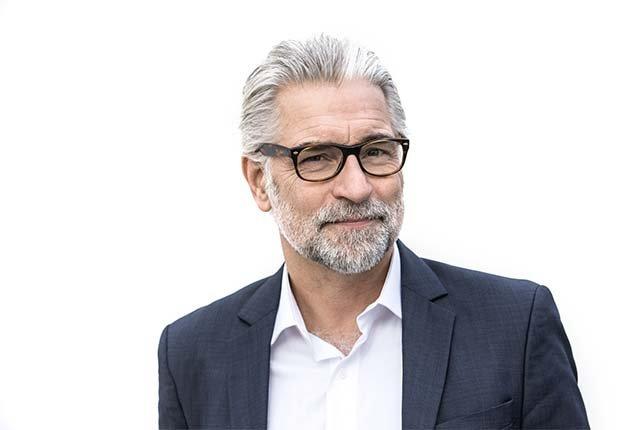 Hombre mayor con barba y bigote - Cuidado del cabello para hombres de 50 años o más