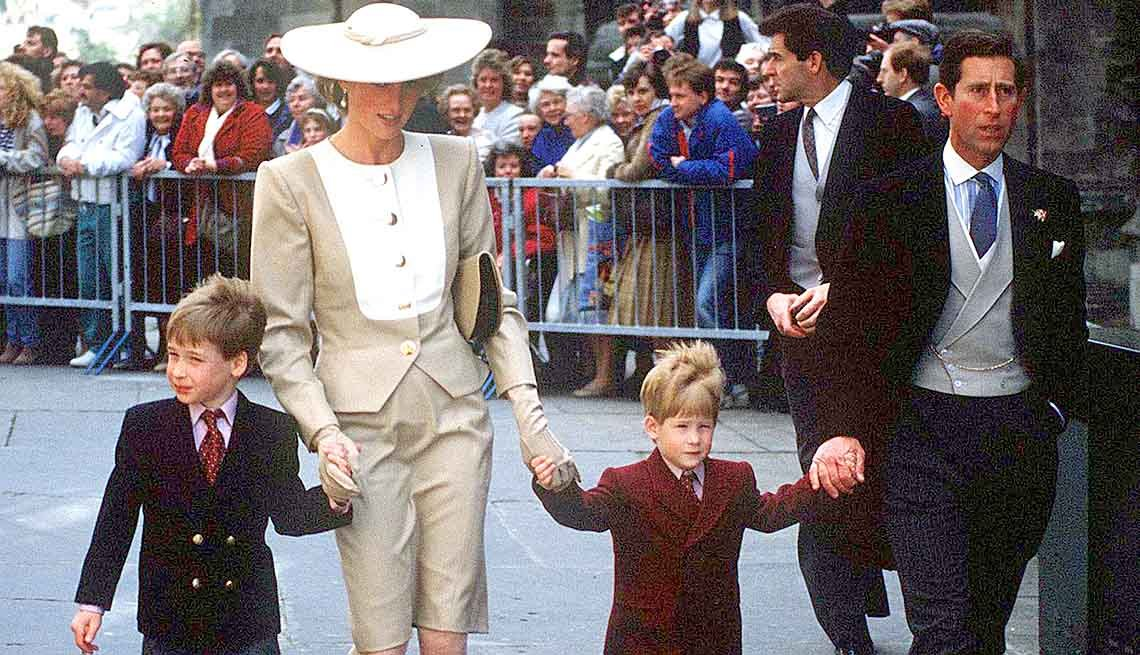 Lady Diana y el príncipe Carlos junto a sus hijos, los prícipes Guillermo y Enrique