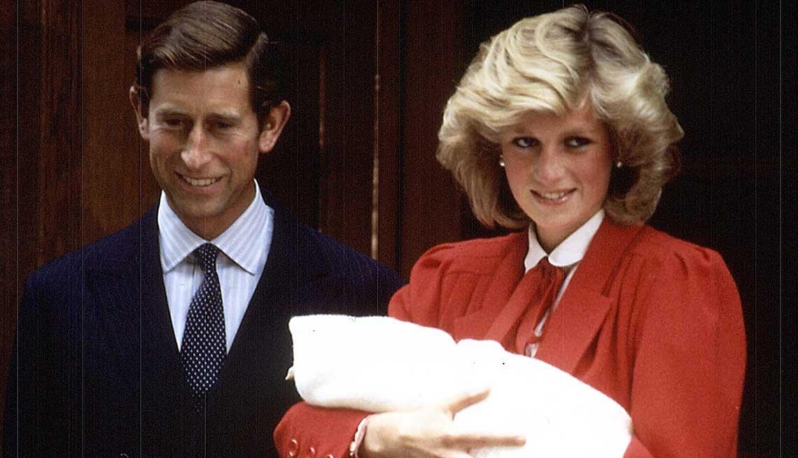 Lady Diana y Carlos juntos a su nuevo recién nacido, el príncipe Enrique