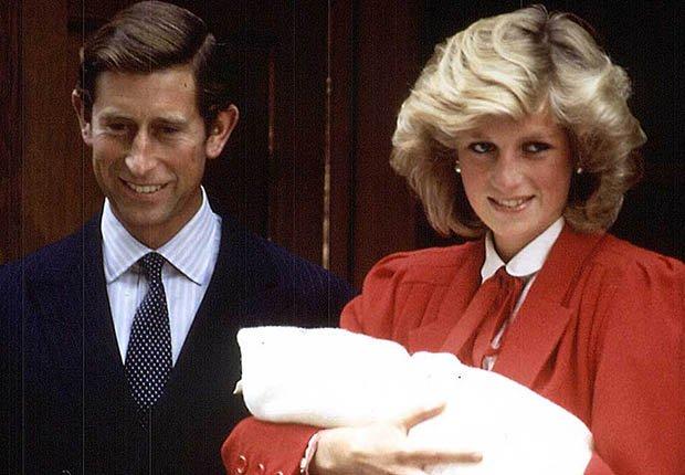 Lady Diana y el príncipe Carlos junto al recién nacido príncipe Enrique