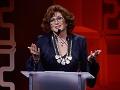 Angélica María recibe el premio Leyenda durante la 29 gala de Premios de la Herencia Hispana