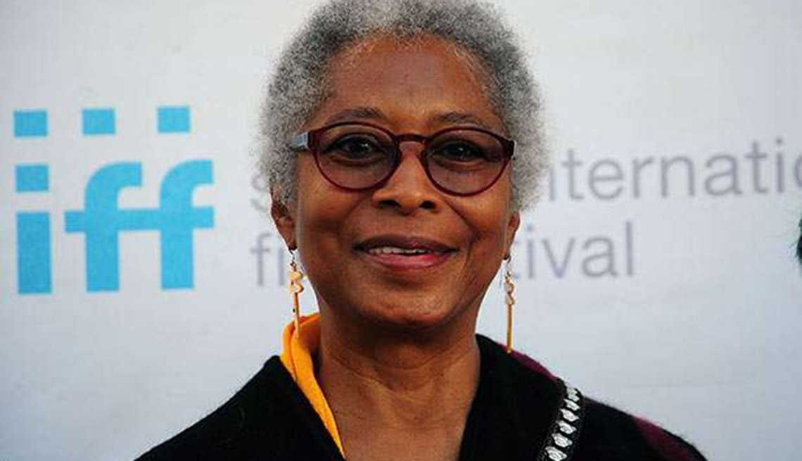 Famosas que se enorgullecen de sus cabelleras platinadas - Alice Walker