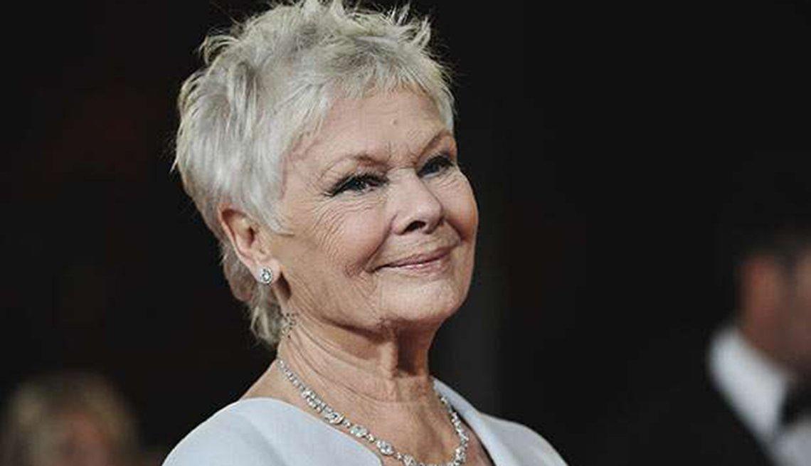 Famosas que se enorgullecen de sus cabelleras platinadas - Judi Dench