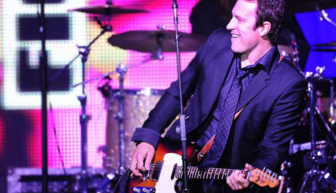 Actores convierten en realidad sus sueños musicales - John Corbett