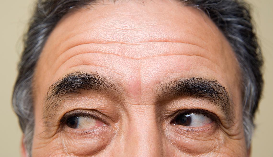 Maneras de verte 10 años más joven - Foto de las cejas y los ojos de un hombre.