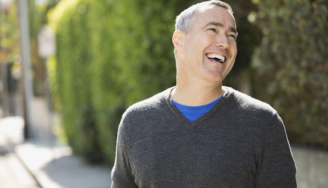 Maneras de verte 10 años más joven - hombre sonriendo y luciendo un cuello una camisa de cuello en V.